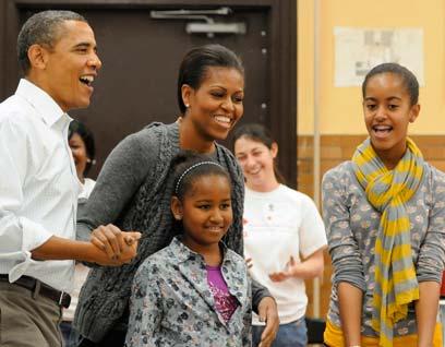 """""""לסשה ומליה יש חברים שהוריהם הם זוגות חד-מיניים"""". משפחת אובמה (צילום: רויטרס) (צילום: רויטרס)"""