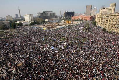 אימפקט תקשורתי עצום להפגנות במרכז. כיכר תחריר בקהיר (צילום: AP) (צילום: AP)