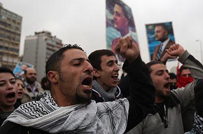 נאצר עוד מהדהד. מפגינים מניפים את תמונתו, 2011 (צילום: רויטרס) (צילום: רויטרס)