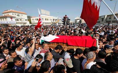 הלוויה של מפגין שנהרג בבחריין. איראן התסיסה את השיעים? (צילום: רויטרס) (צילום: רויטרס)