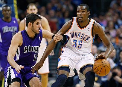 הם כבר לא ייפגשו בנוקיה, רק ב-NBA. דוראנט וכספי (צילום: רויטרס) (צילום: רויטרס)