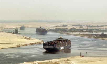 ספינות משא חוצות את תעלת סואץ (צילום: AP) (צילום: AP)