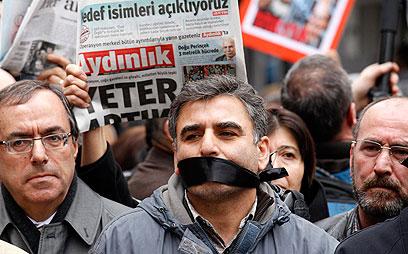 במקום ה-1. הפגנה באנקרה נגד מעצר עיתונאים (צילום: רויטרס)