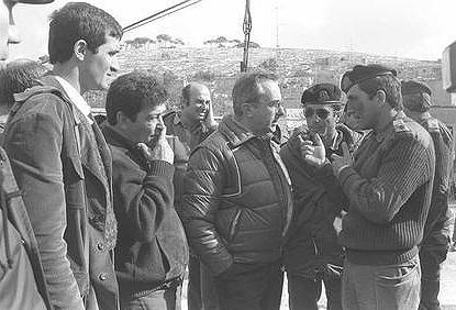 """פואד (שני משמאל) בהמשך הקריירה הצבאית, בסיור לצד שר הביטחון ארנס בדהיישה. 1983 (צילום: הרמן חנניה, לע""""מ) (צילום: הרמן חנניה, לע"""