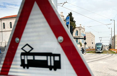 במקום רכבת קלה, אוטובוסים רבי-קיבולת (צילום: AP) (צילום: AP)