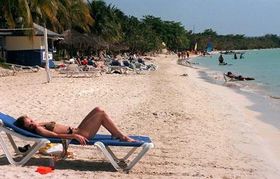 האווירה החושנית היא סימן ההיכר של המקום. חוף נגריל בג'מייקה (צילום: MCT) (צילום: MCT)