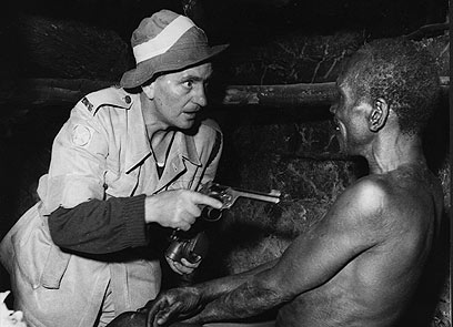 פשיטה לילית של הבריטים בקניה                   (צילום: Getty images imagbank) (צילום: Getty images imagbank)