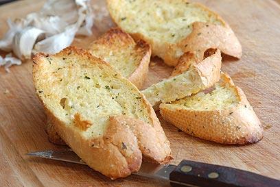 איתה שוברים את הצום. פרוסת לחם עם שמן (צילום: shutterstock) (צילום: shutterstock)