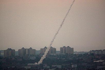 """""""האויב בחר להיטמע בלב יישובים ואוכלוסייה"""". רקטות נורות מרצועת עזה (צילום: AP) (צילום: AP)"""