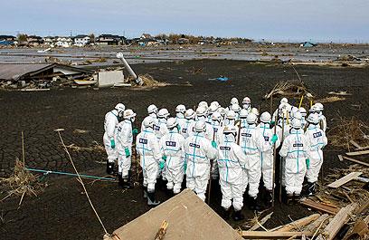 מחפשים גופות באזור האסור (צילום: AP) (צילום: AP)