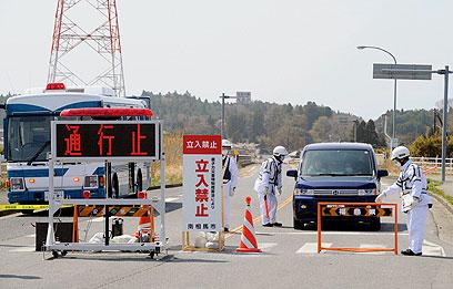 אין כניסה, אי אפשר גם להתחבא בשקים במשאית (צילום: REUTERS / Kyodo ) (צילום: REUTERS / Kyodo )