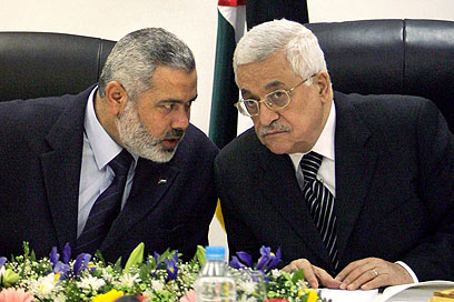 Contradictory statements. Haniyeh (L) and Abbas (Archive photo: AP)
