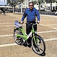 """חולדאי והאופניים צילום: באדיבות עיריית ת""""א"""