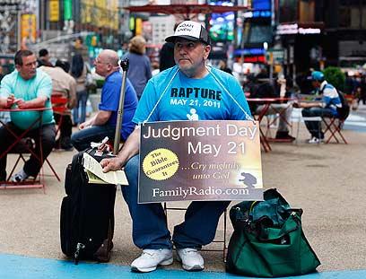 מפגין בטיימס סקוור בניו יורק. גם לו יש תיאוריה לגבי סוף העולם (צילום: רויטרס) (צילום: רויטרס)