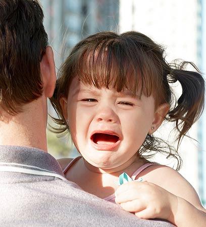 סמכות הורית. היא בוכה - אבל מבינה מי קובע בבית (צילום: shutterstock)