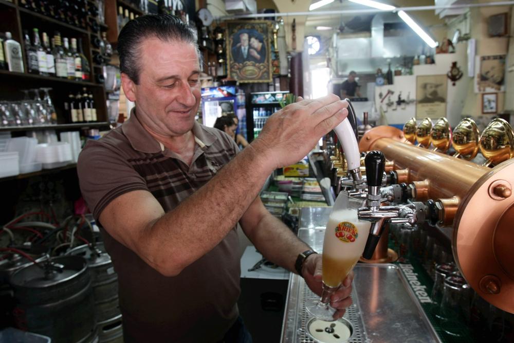 ראובן עם הבירה של מעיין הבירה (צילום: אלעד גרשגורן) (צילום: אלעד גרשגורן)