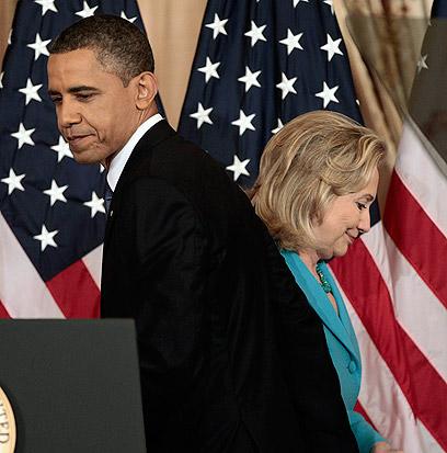 קלינטון ואובמה. המעבר מצביע על יחסים טובים ביניהם (צילום: AP) (צילום: AP)