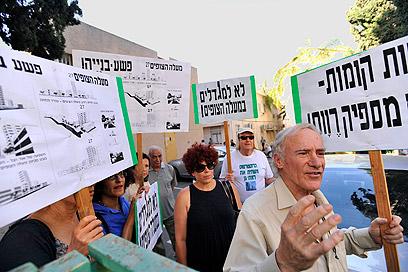 הפגנת תושבים נגד צבי בר (צילום: דודו אזולאי ) (צילום: דודו אזולאי )