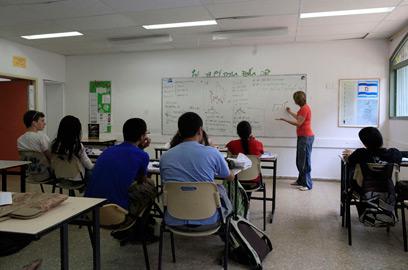 מתכוננים לבחינה. לא יותר מ-20 תלמידים בכיתה בזמן הבגרות (צילום: צפריר אביוב ) (צילום: צפריר אביוב )