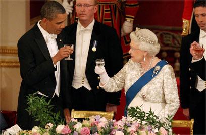 מרימים לחייה תמיד כוס פורט, גם כשאובמה בא לביקור. המלכה אליזבת (צילום: MCT) (צילום: MCT)