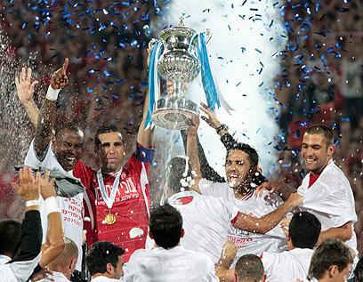 באדיר מניף את גביע המדינה עבור הפועל תל אביב ב-2011 (צילום: אלי אלגרט) (צילום: אלי אלגרט)