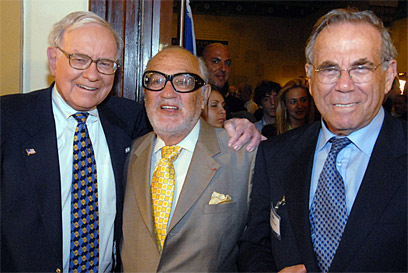Wertheimer (R), Sammry Ofer (C) and Warren Buffett (Photo: Guy Assayag)