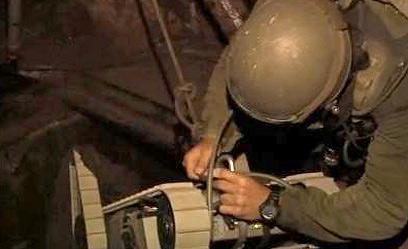 """איש סמו""""ר בפעולה. מנהרות יפוצצו (צילום: עידו בקר) (צילום: עידו בקר)"""