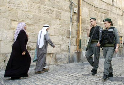 Arabs (L) in Jerusalem (Archive photo: Reuters)