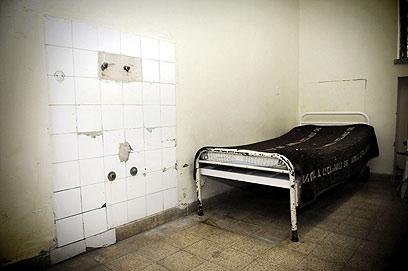 חדר קר ומנוכר, בלי מדף או שידה. ארכיון  (צילום: קובי קואנקס) (צילום: קובי קואנקס)
