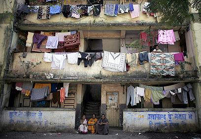 שכונת עוני במומבאי. הנשים נמצאות בסוג של מכלאה (צילום: mct) (צילום: mct)