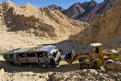 Site of deadly bus crash near Eilat (Photo: AP)