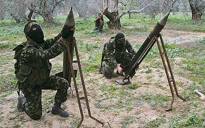 מחבלים של הג'יהאד האיסלאמי משגרים רקטות מעזה (צילום: AP)