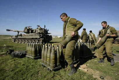 פגזים. בשביל החיילים זו תחמושת, בשביל הגנבים שלל (צילום: רויטרס) (צילום: רויטרס)