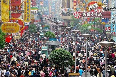 תעשו קצת מקום. צפוף צפוף במדרחוב בשנגחאי, סין (צילום: AP) (צילום: AP)