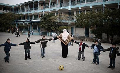 """אונר""""א ממשיך לטפל בפליטים עד היום. בבי""""ס בעזה (צילום: AFP)"""