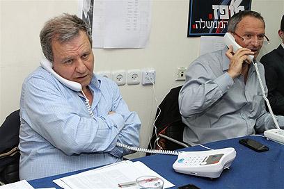 זאב בילסקי ומאיר שטרית מטלפנים במטה של מופז (צילום: עופר עמרם) (צילום: עופר עמרם)