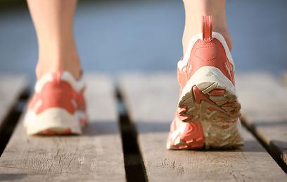חפשו נעליים עם מקום רחב לבהונות ומדרס אנטומי כדי למנוע את הכאב (צילום: shutterstock) (צילום: shutterstock)