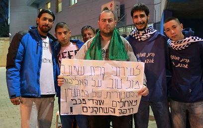 לירן 'חולצה אפורה', אוהד מכבי חיפה, מגיע לפרגן (צילום: ראובן שוורץ) (צילום: ראובן שוורץ)