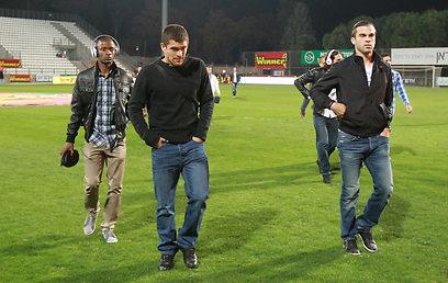 שחקני עירוני קריית שמונה מנסים להתרכז לפני משחק האליפות (צילום: ראובן שוורץ) (צילום: ראובן שוורץ)