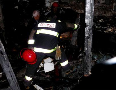 צוותי כיבוי בתוך המבנה השרוף (צילום: דוברות כבאות ) (צילום: דוברות כבאות )