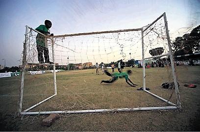 ילדים משחקים כדורגל. אילוסטרציה (צילום: גטי אימג'ס) (צילום: גטי אימג'ס)