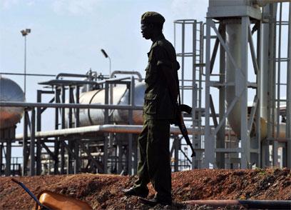 חייל דרום סודן שומר על מתקן נפט. הבעלות במחלוקת (צילום: AFP) (צילום: AFP)