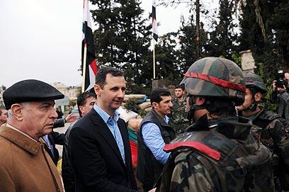ביקר את תושבי חומס וטבח בתושבי קוסייר. אסד וחיילים בבאבא עמרו (צילום: רויטרס) (צילום: רויטרס)