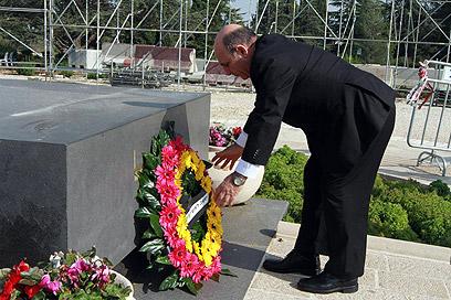 """""""אנשים שהעזו לחלום"""". מופז על קברו של הרצל, היום (צילום: גיל יוחנן) (צילום: גיל יוחנן)"""