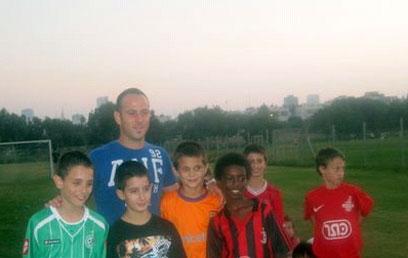 מוזס וחבריו לכיתה באימון כדורגל ()