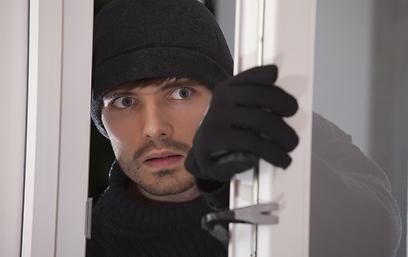 """""""ואם יבוא גנב?"""". אל זלזלו בפחד שלהם (צילום: shutterstock) (צילום: shutterstock)"""