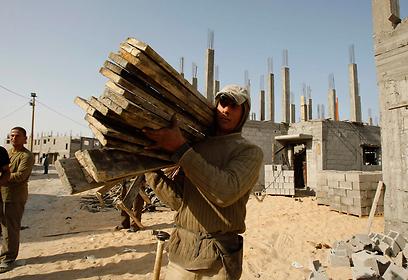 """פועל פלסטיני. """"לענף הבנייה חסרים 20 עובדים מקצועיים"""" (צילום: רויטרס)"""