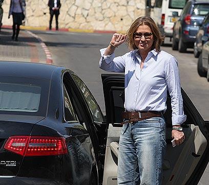לבני בג'ינס, יוצאת אתמול מביתה בתל אביב (צילום: עופר עמרם) (צילום: עופר עמרם)