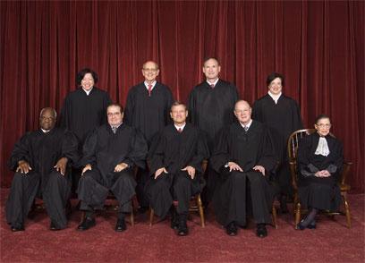 שופטי בית המשפט העליון האמריקני. חמישה בעד החוק (צילום: MCT) (צילום: MCT)