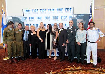 """האלוף שדמי, רונה רמון, ואורחי הכבוד עם החיילים ב""""גאלה"""" השנתית של """"ידידי צה""""ל FIDF"""" - סניף מיאמי ()"""